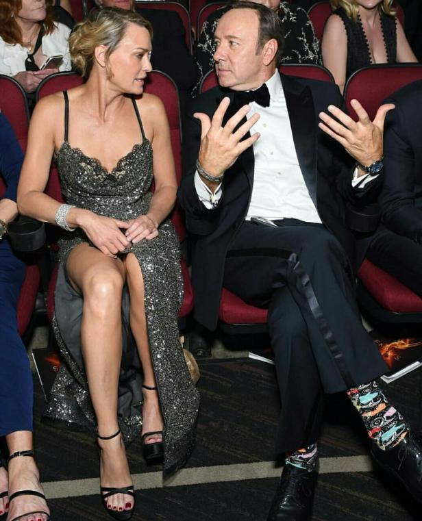 Robin Wright e as meias de Kevin Spacey - Emmy 2016