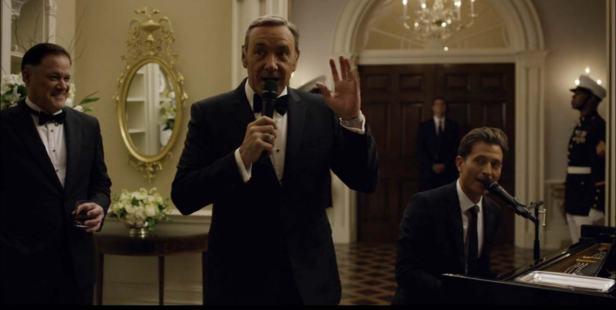 Peter Cincotti tocando piano em House of Cards, 3ª temporada